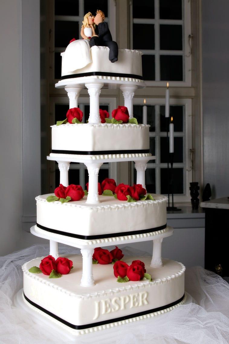 etage bryllupskage med røde roser