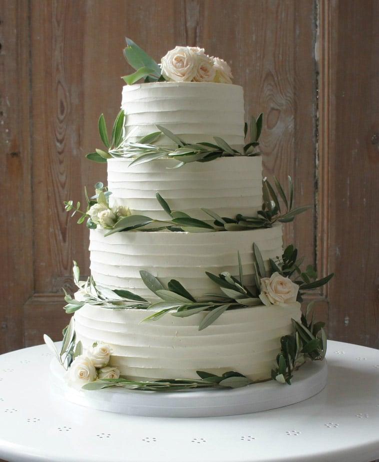 buttercream bryllupskage 4 lag dekoreret med blade og roser