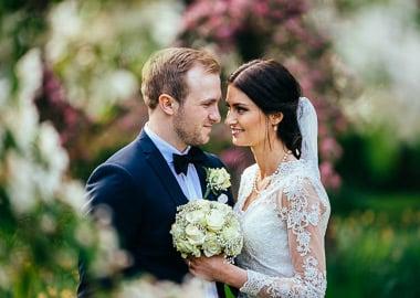 Brudepar der står tæt