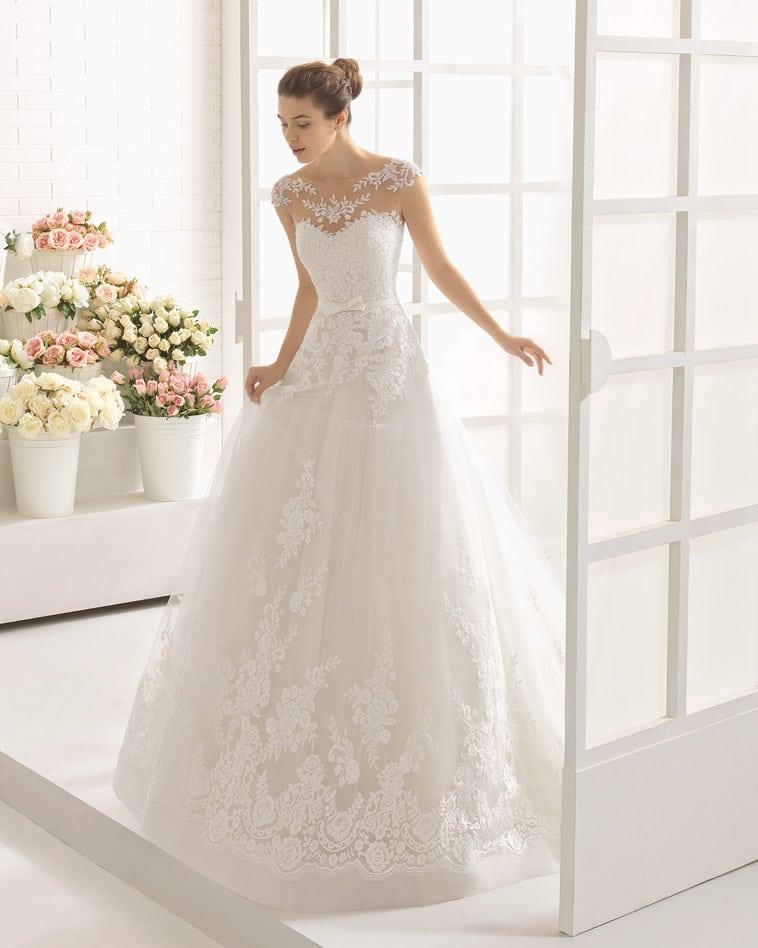 Brudekjole med bådudskæring, nude effekt, perler og blonder