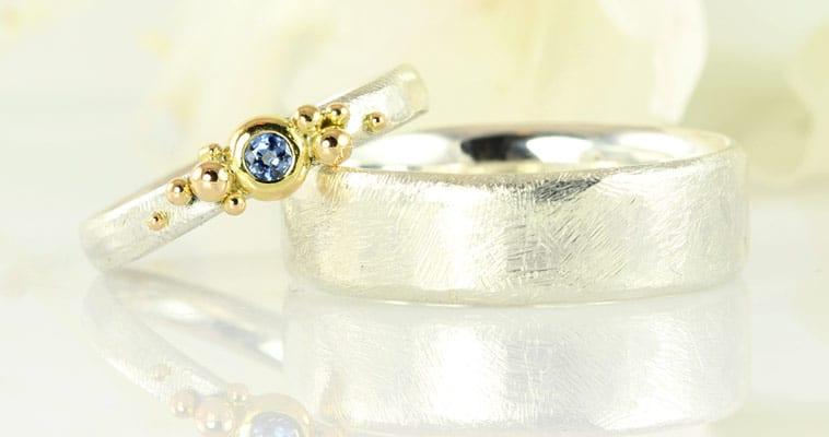 Vielsesringe i hvidguld med blå safir i dameringen
