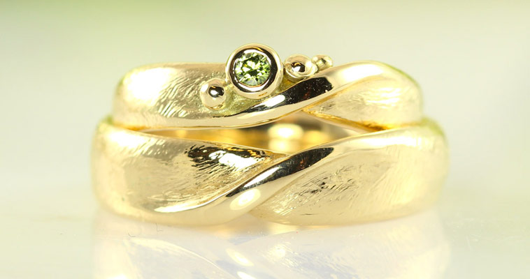 Vielsesringe i guld med grøn diamant