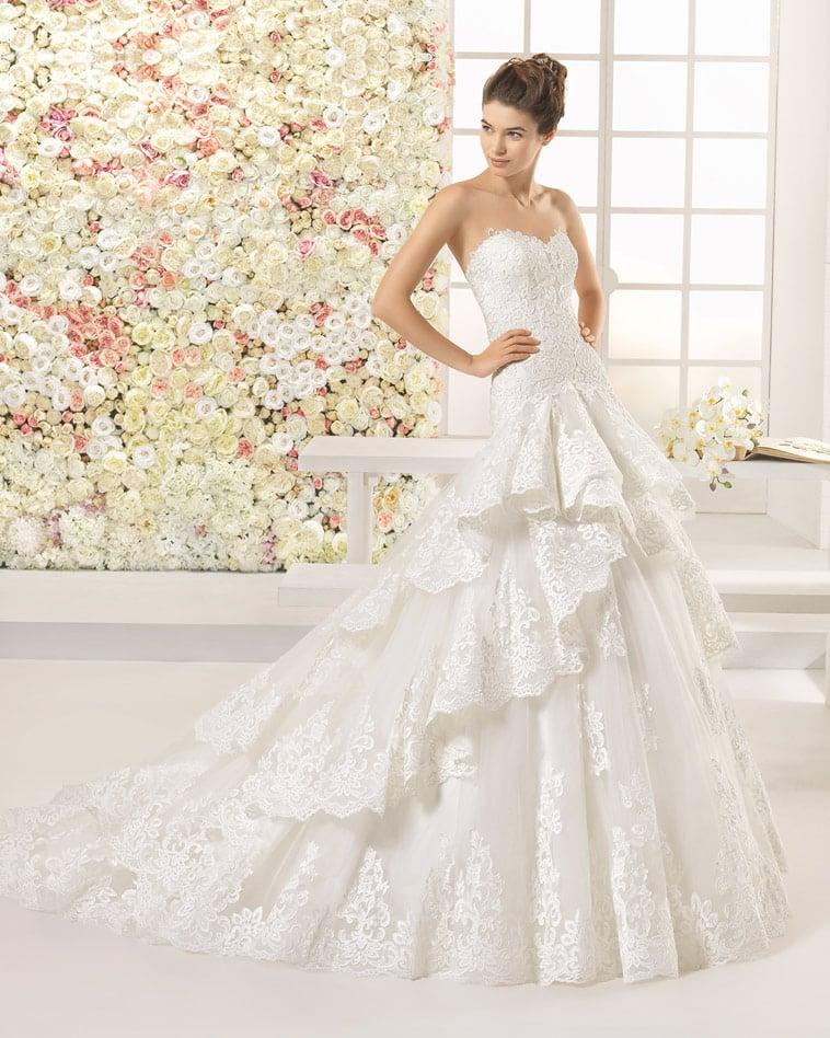 Brudekjole med stort tylskørt i flere lag og smukke blonder