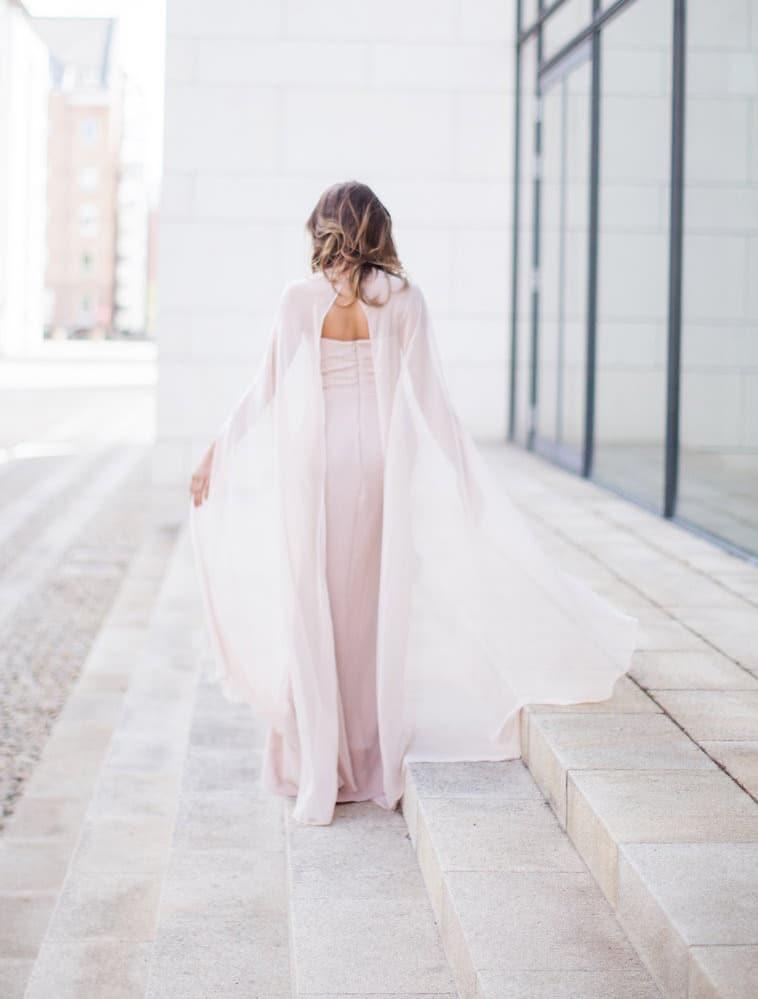 brudekjole med chiffon cape