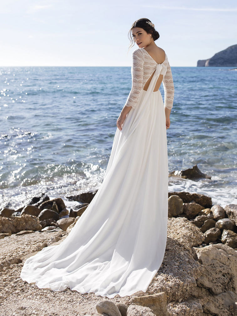 brudekjole der lukkes bagpå med sløjfe