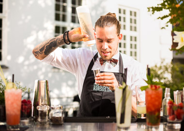 Bartender blander røde drinks