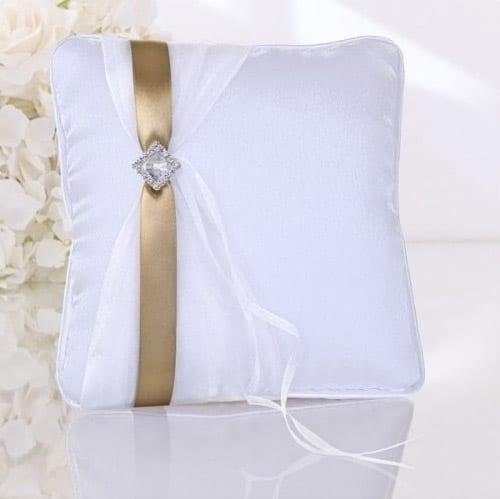 Hvid ringpude med guldbånd og slør