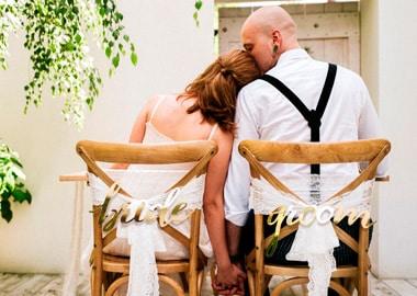 Brudepar og dækket bryllupsbord