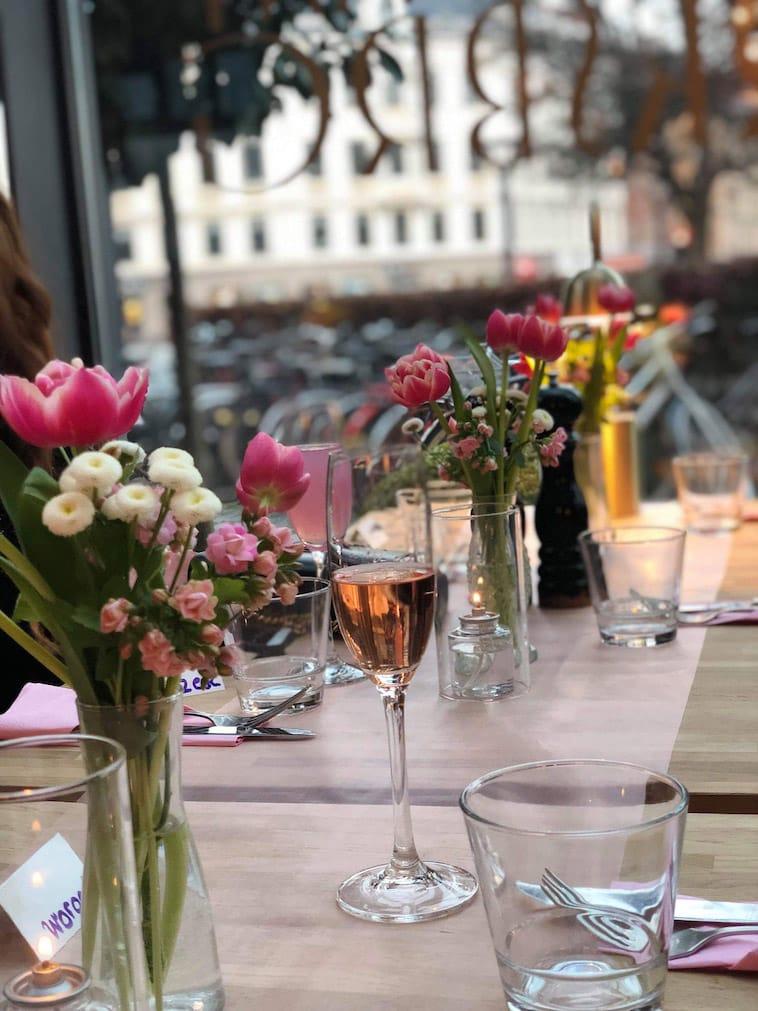Dækket bord i udestue
