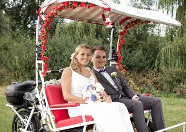 Brudepar i cykeltaxa