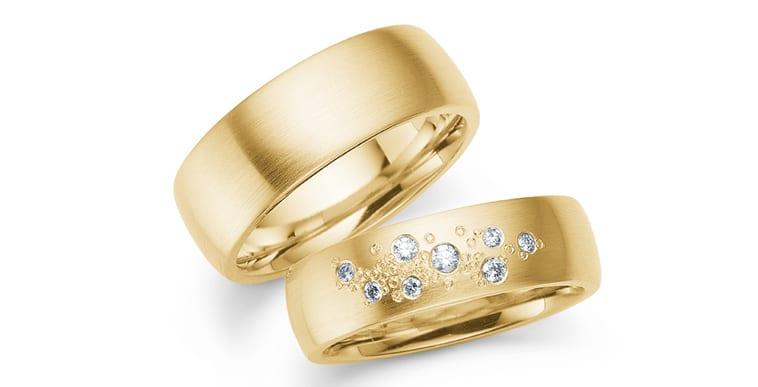 Klassiske vielsesringe i 14K guld med brillanter i dameringen