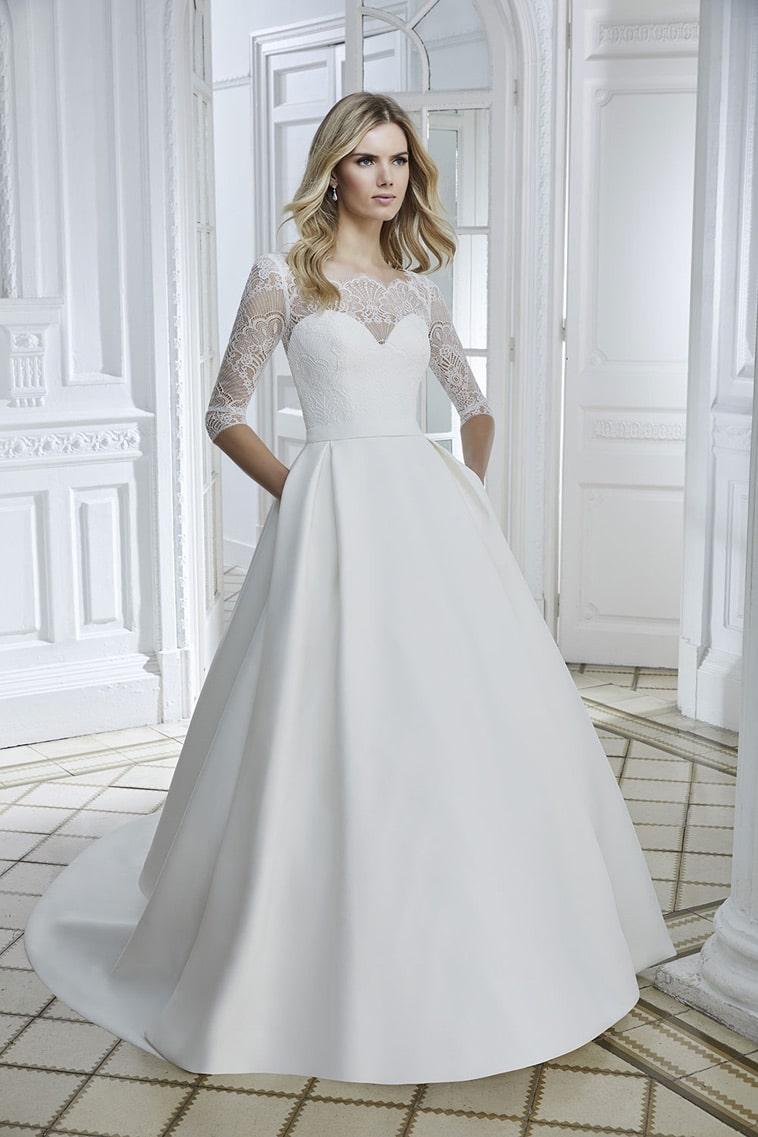 Brudekjole med 3/4 lange blonde ærmer, lommer og smalt bælte
