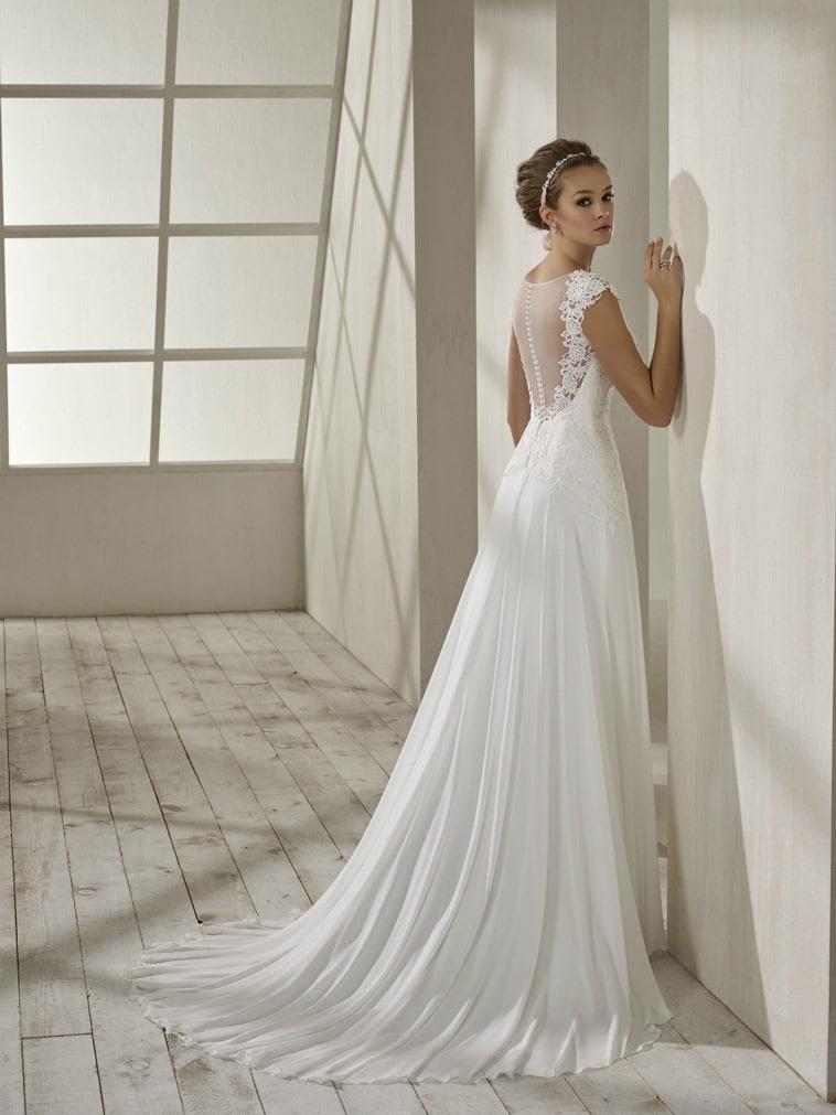 brudekjole med tyl på ryggen