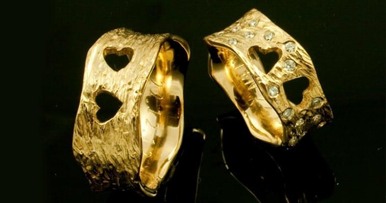 Rå vielsesringe i guld med hjerter
