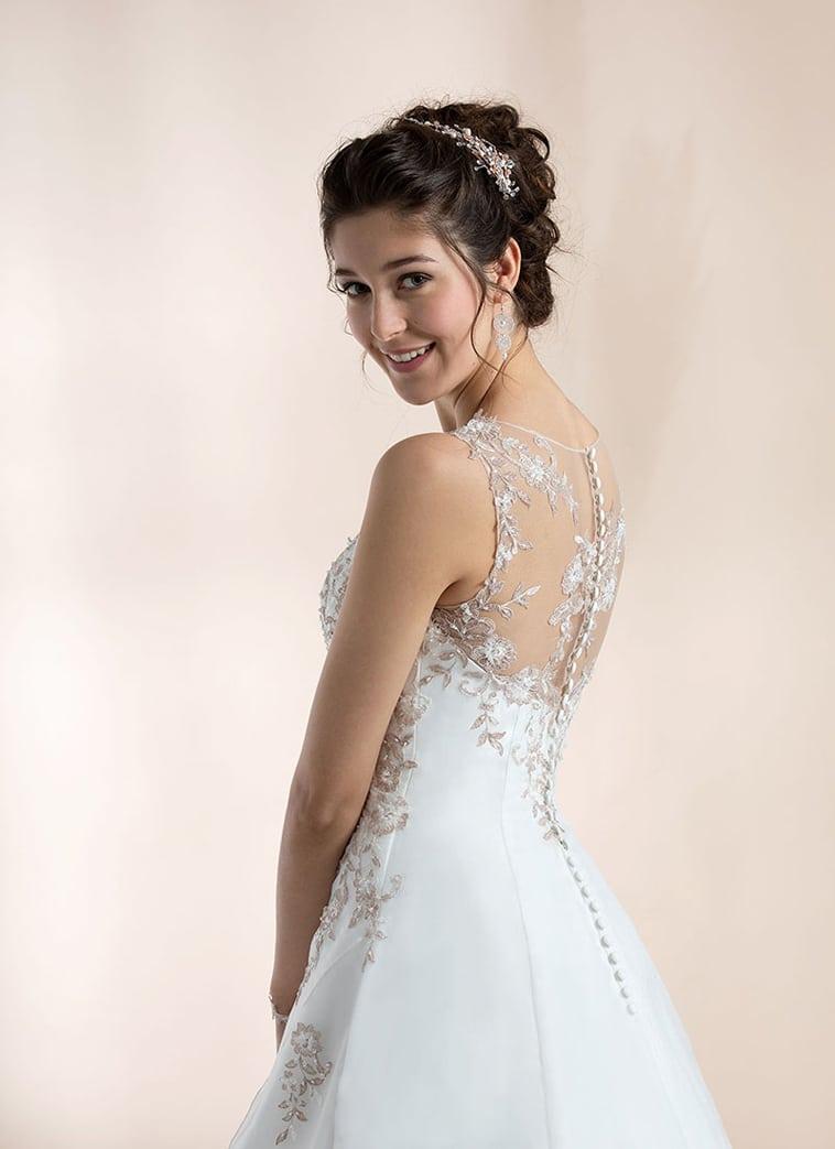 Draperet brudekjole pyntet med perler og pudderfarvede blonder