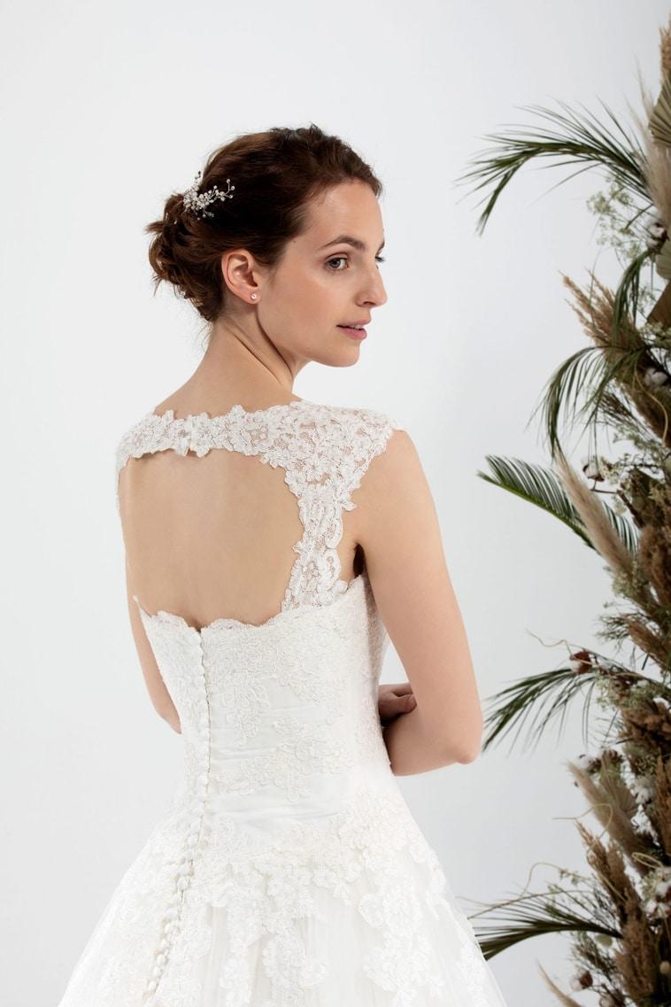 Brudekjole med rund åben ryg