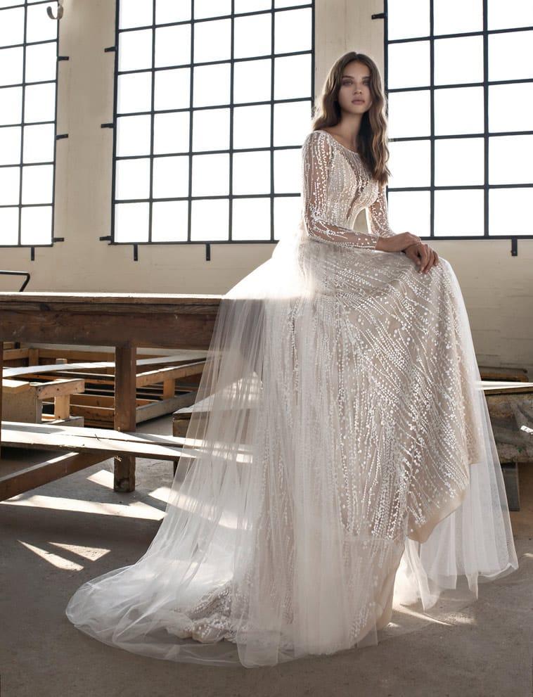 brudekjole med tyl overlag
