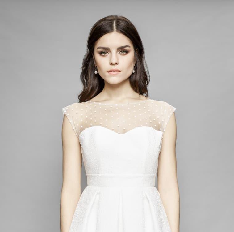 overdel på brudekjole med hjerteudskæring og gennemsigt tyl