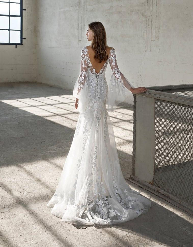 brudekjole med blonder og ærmer