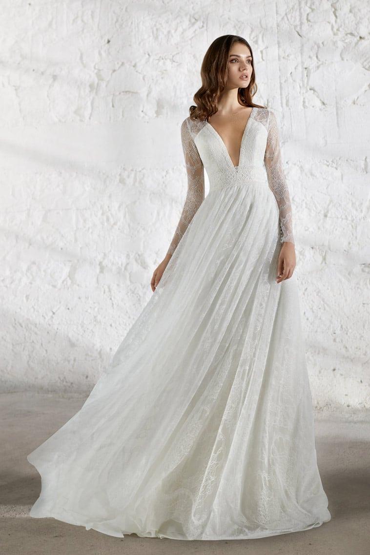 brudekjole med dyb udskæring