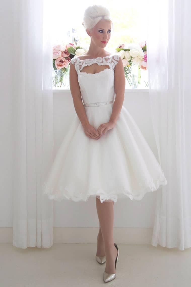 kort brudekjole med sløjfe detaljer