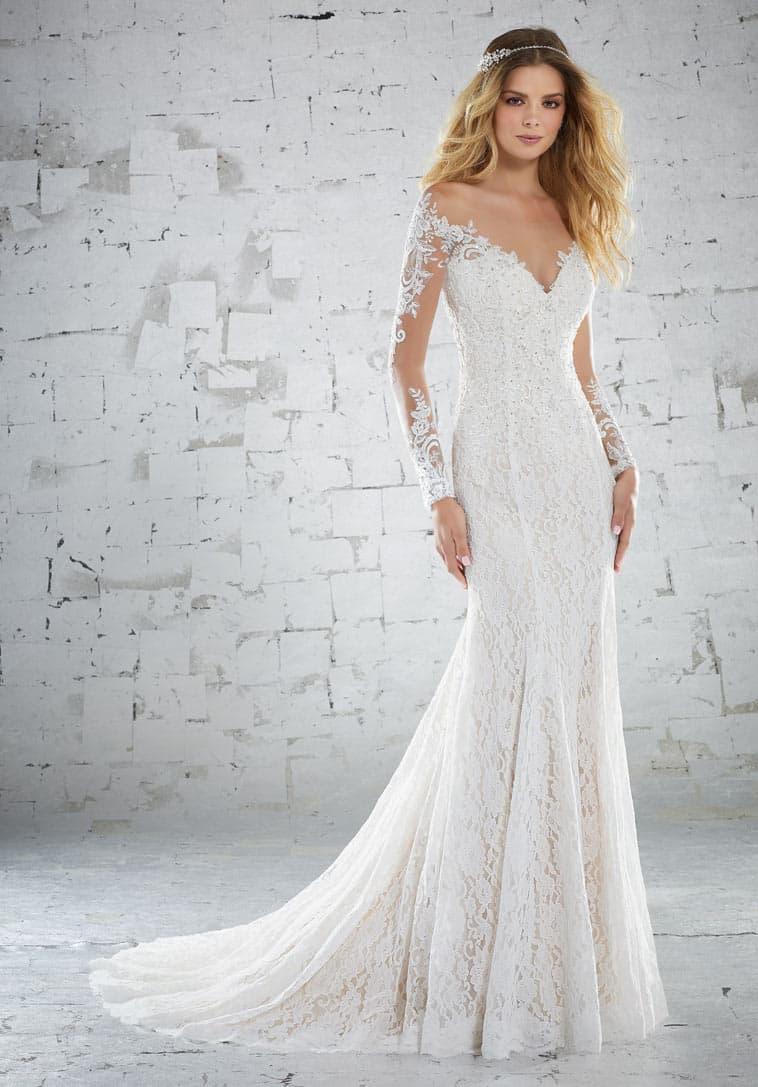 Etui brudekjole med dyb V-hals og lange ærmer