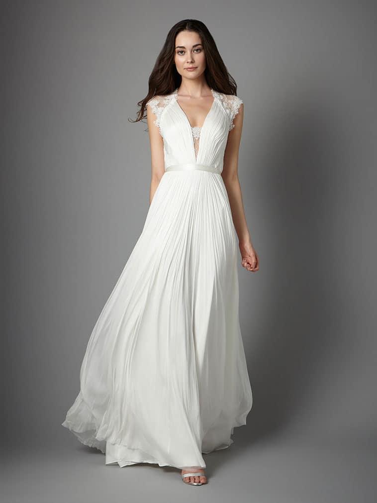 brudekjole med plisse effekt og små blonde ærmer