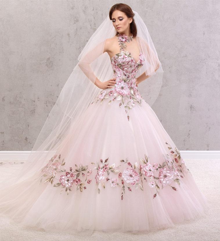 brudekjole med lyserøde blomster detaljer