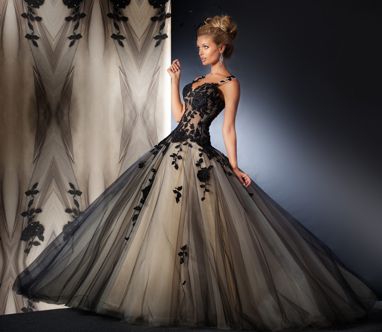 brudekjole med sorte detaljer
