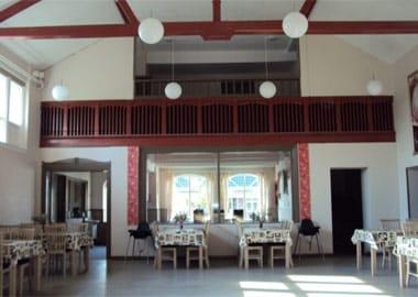 Festsal med borde og bjælkeloft