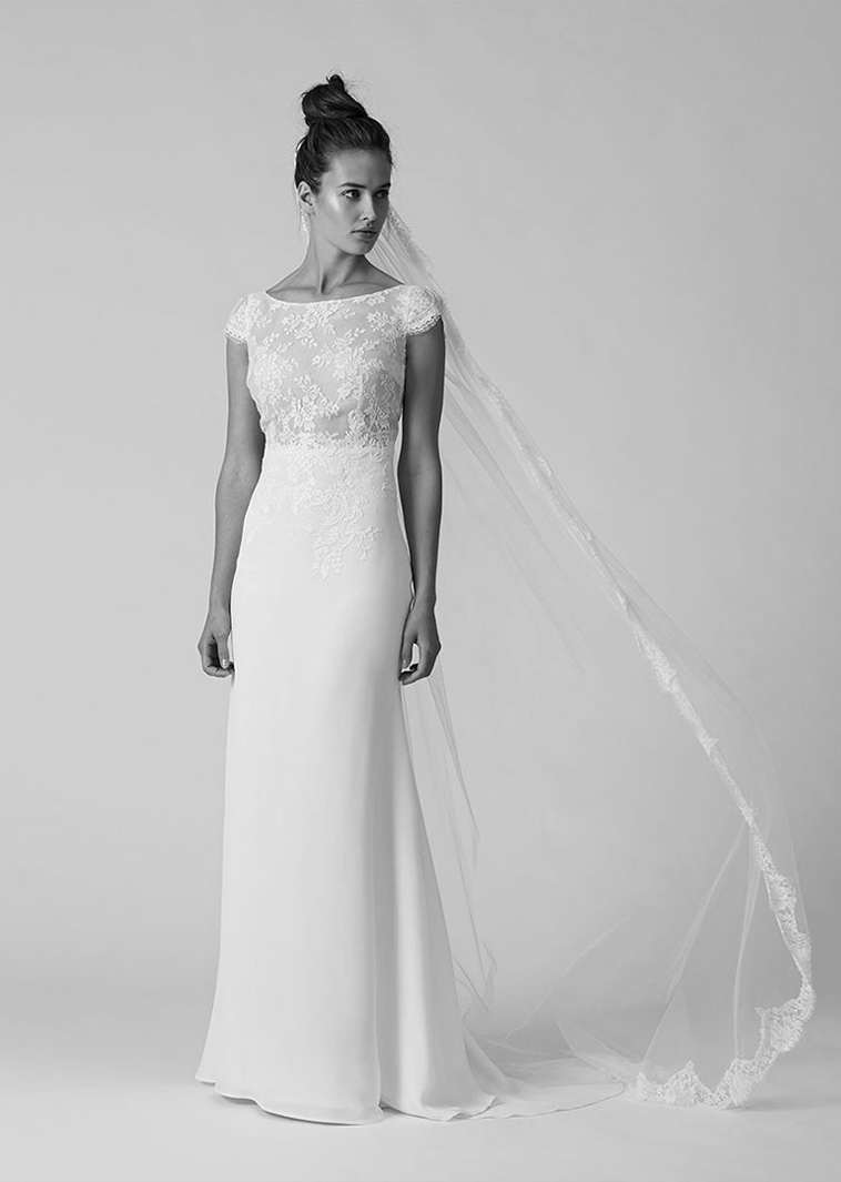 Fit and flare brudekjole med fine franske blonder og tung blød silke