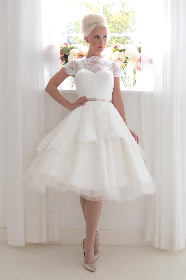 kort brudekjole med korte ærmer og rosa bælte