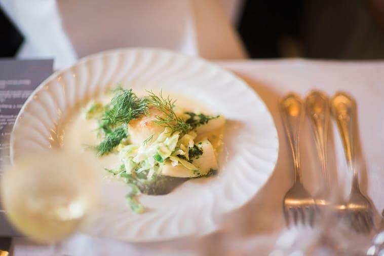 hvid fisk på tallerken