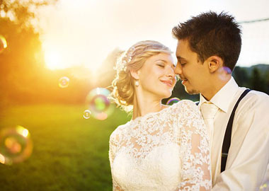 Brudepar tæt omslynget
