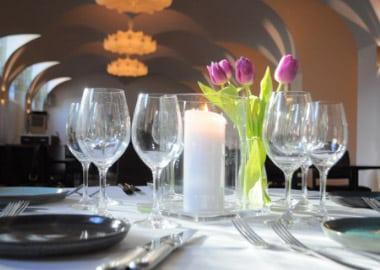 Bryllupsborddækning med tulipaner