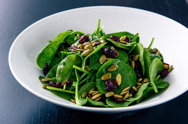 babyspinat salat, soltørrede tranebær, græskarkerner