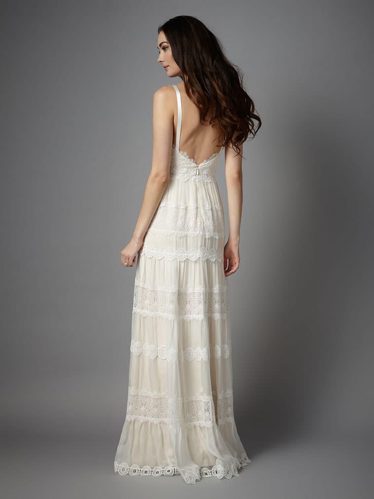 brudekjole med tynde stropper og dyd rygudskæring