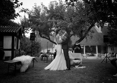 Brudepar vies udenfor af præst