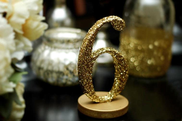 bordnummer i guldfarvet glitter