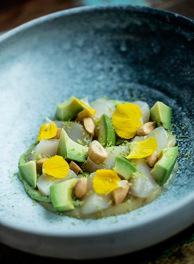 fisk, avocado, nødder, friske blomsterblade