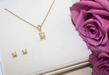 Halskæde med diamant vedhæng og ørestikkere
