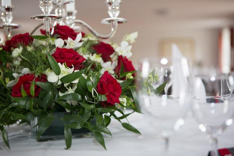 blomsterdekoration røde roser