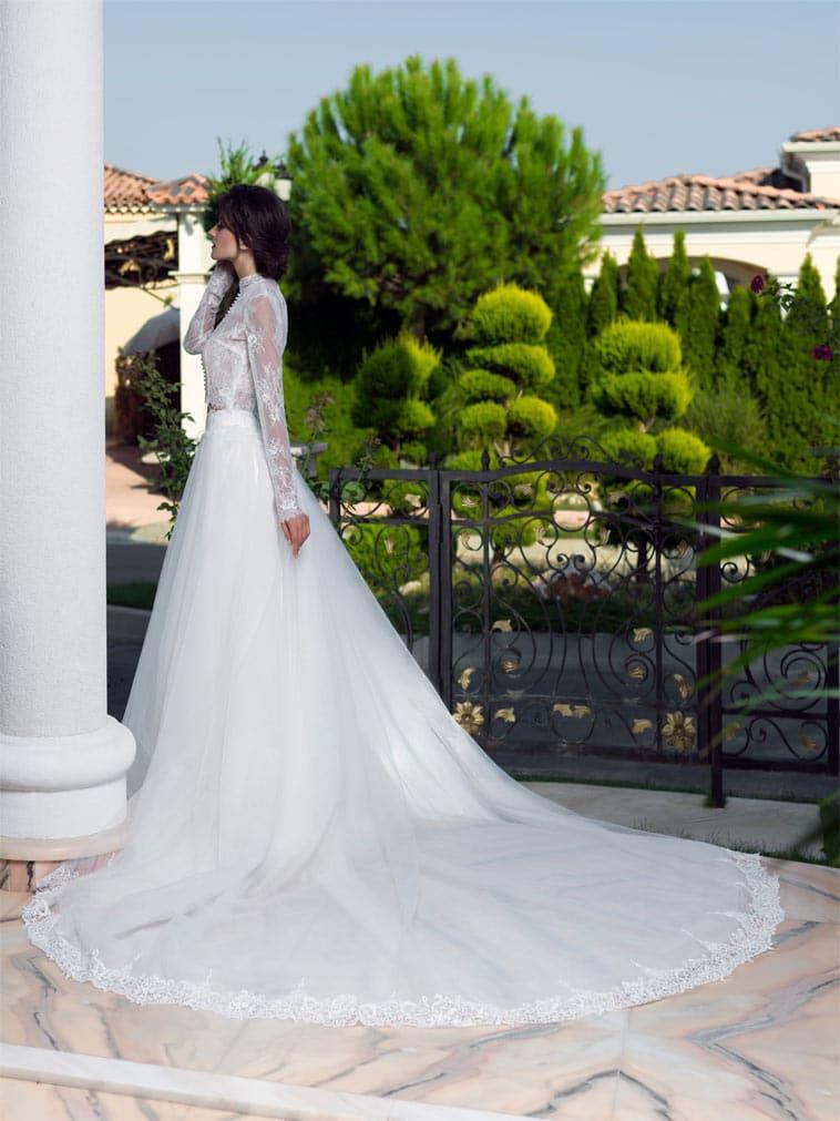 to delt brudekjole med langt slæb