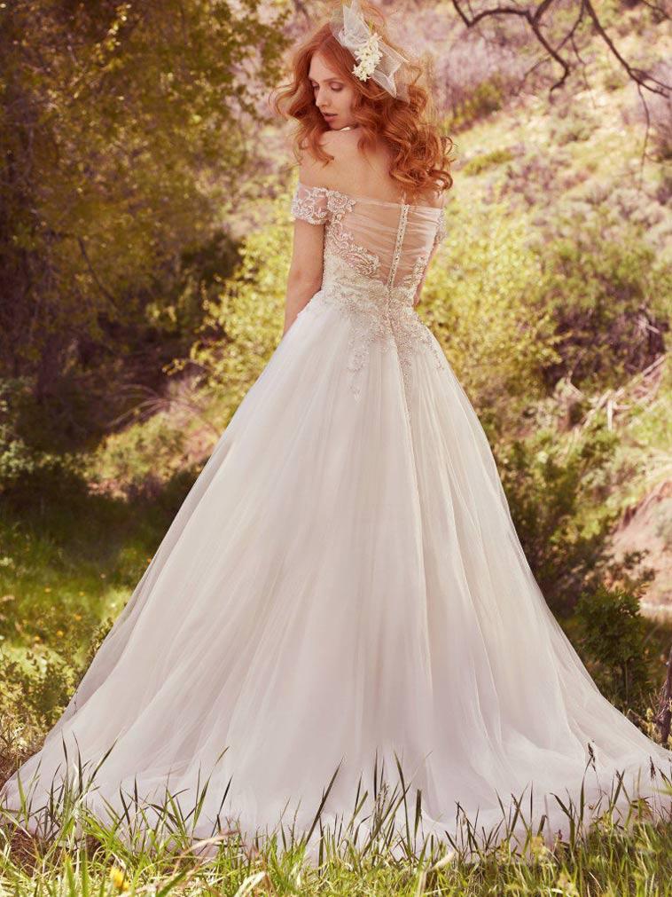 brudekjole med bådudskæring og stort tyl skørt