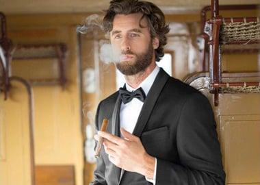 mand i sort jakkesæt med cigar