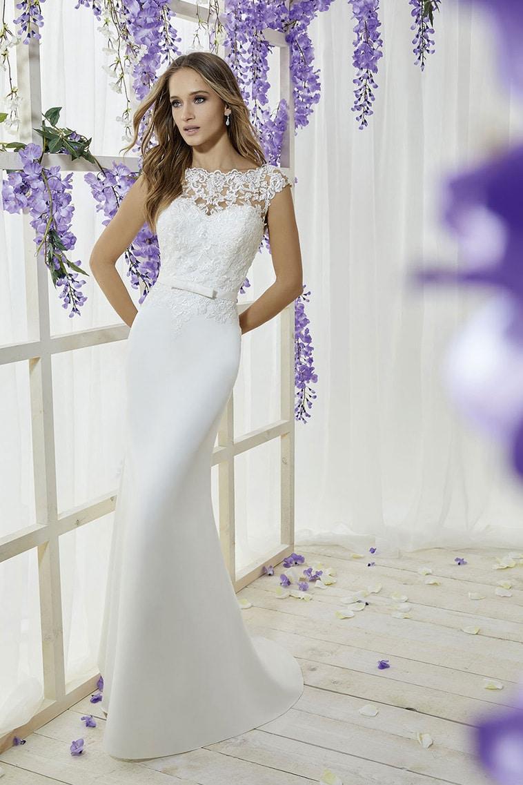 Brudekjole med blonde cap sleeves og smalt bælte