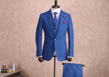 Gine med blåt herre jakkesæt