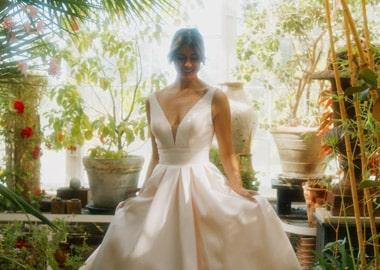 Model i brudekjole med stort skørt