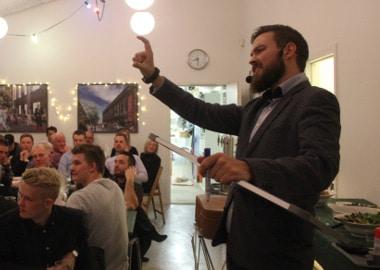 Mand optræder foran publikum