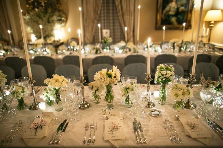 Smuk bord opdækning med høje lysestager